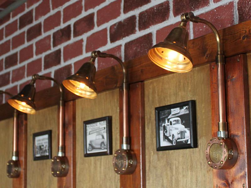 スチームパンクな真鍮と銅でできたシェード付インダストリアル工業系配管ブラケットライト