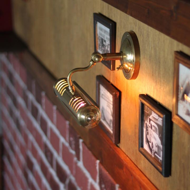 レンガの壁やコンクリートの壁にも馴染むクラシックなデザインが魅力のピクチャーライト