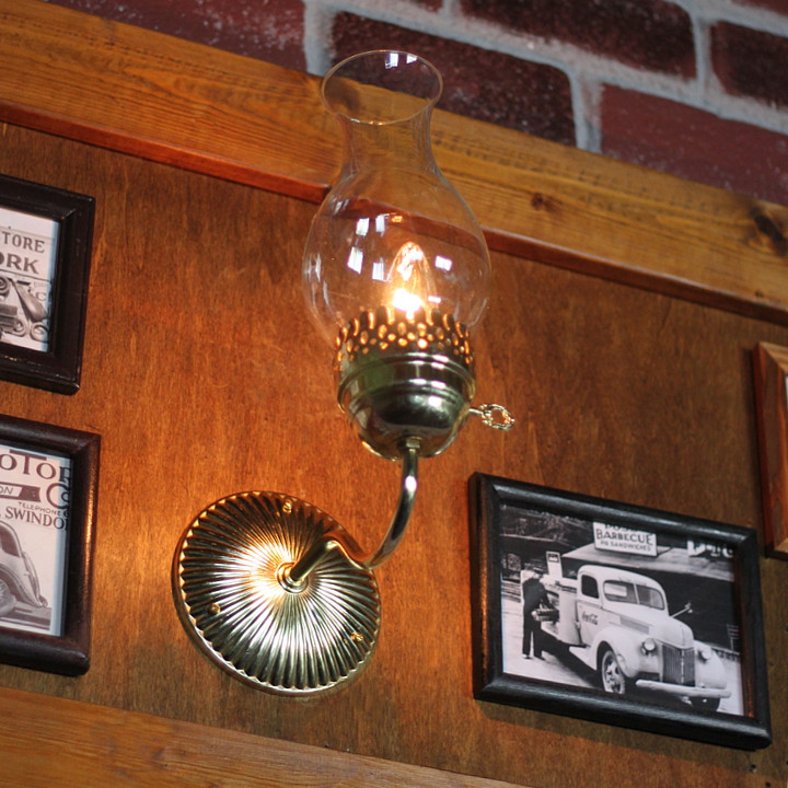 シンプルなのに目をひくヴィンテージのグラスチムニー付きブラケットライト(壁掛け照明)