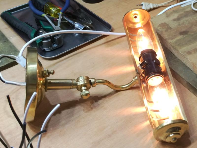 10Wのシャンデリア電球(白熱球)で点灯確認した様子|異常なし