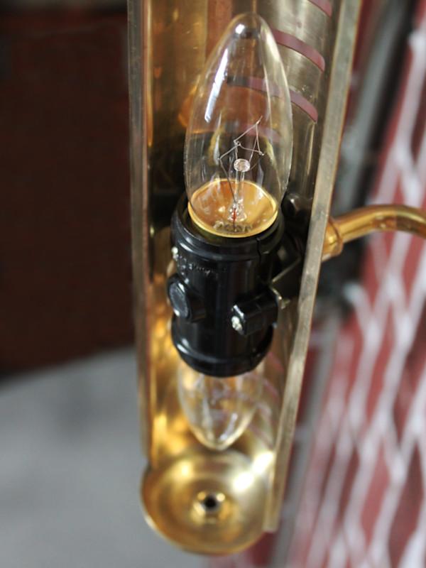 ピクチャーライトの筒型シェードが細いため電球によってねじ込むのが若干難しい場合も