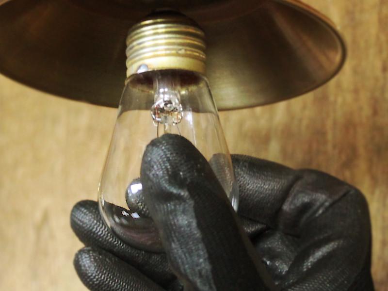 素手で電球を回しづらい時はゴム手袋などを使い、まっすぐ最後までねじ込む