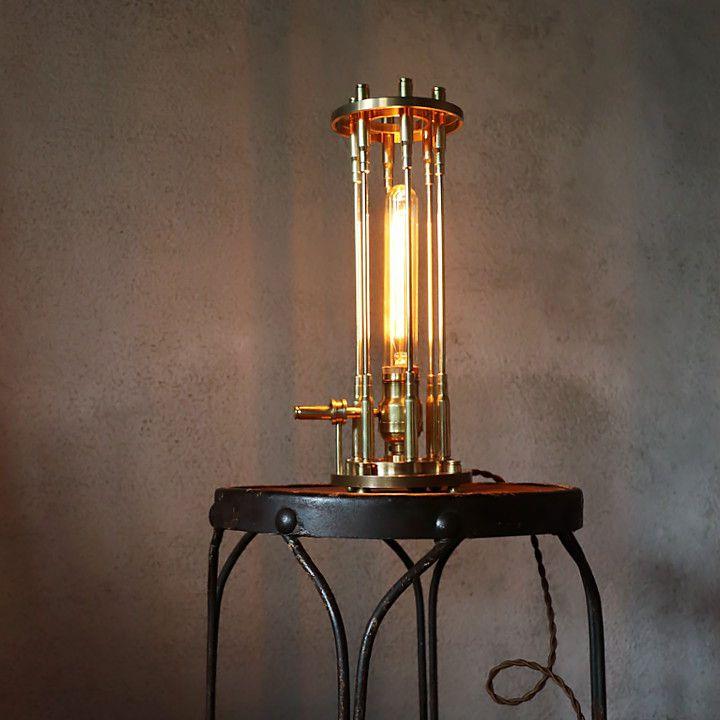 チューブ電球で雰囲気アップ|真鍮製ワイヤーケージのテーブルライト