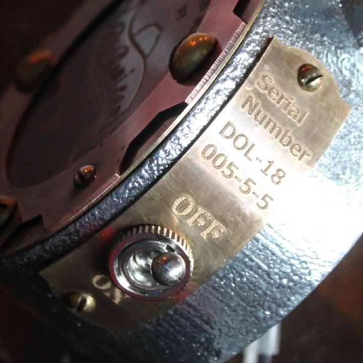 ヴィンテージ感のあるインダストリアルなスイッチとシリアルナンバー