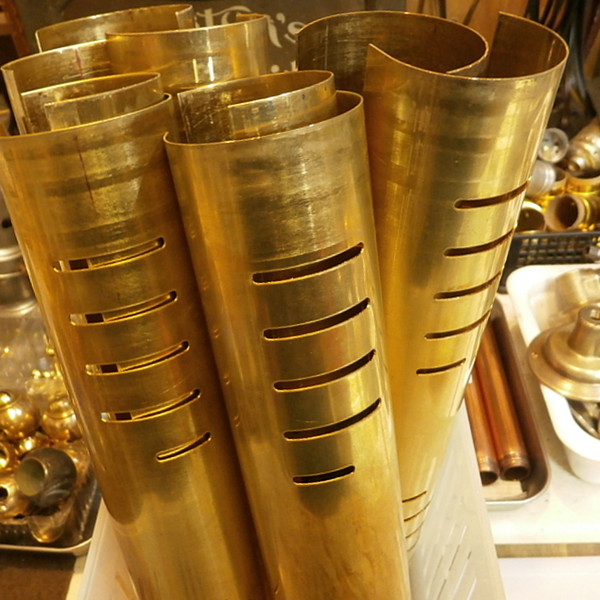 古いヴィンテージの真鍮板を使って筒型シェードを製作|ピクチャーライト