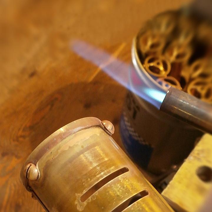 ロールされた真鍮シェードをマイナスネジで固定|ピクチャーライト