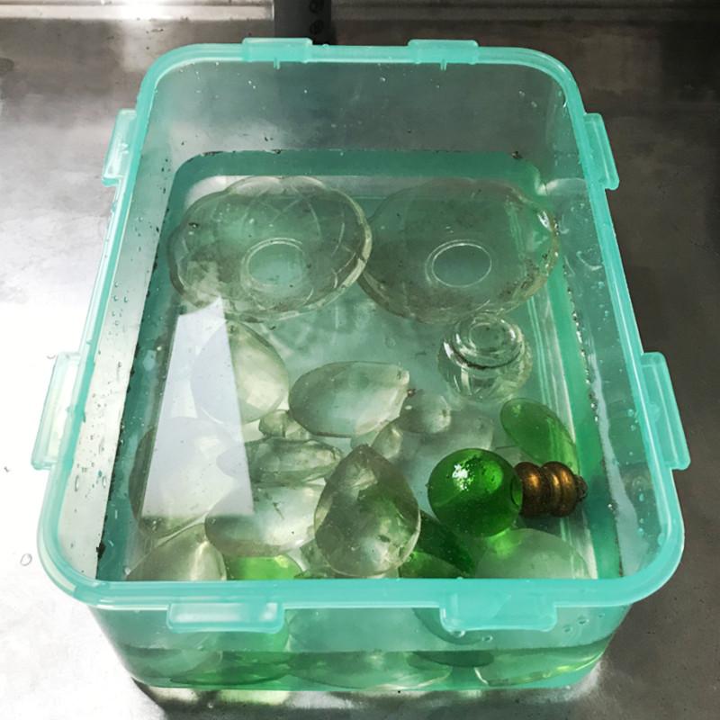 ガラスパーツは洗浄液につけて長年の汚れを落とします|シャンデリア修理・クリーニング