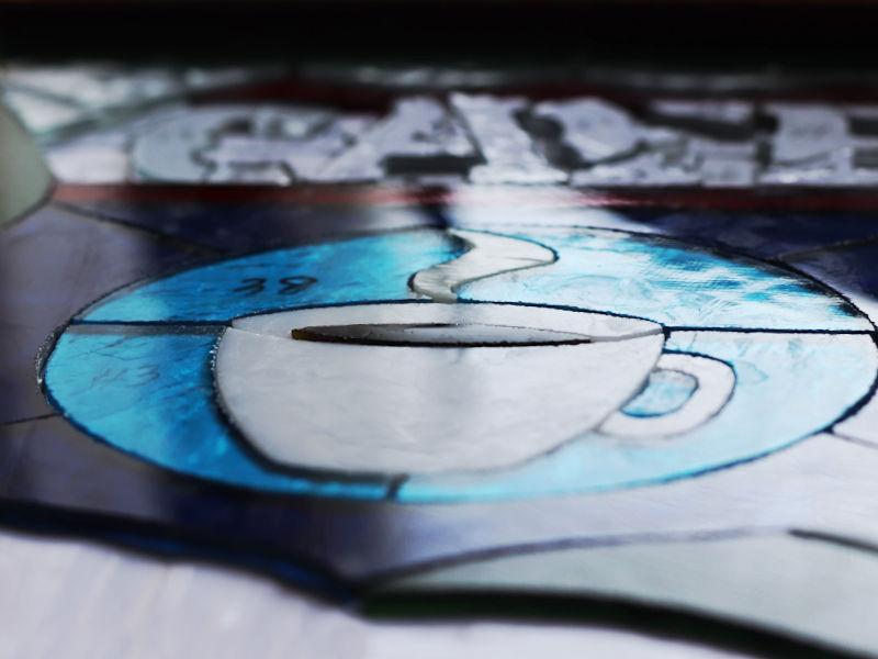 切り出したガラスピースの微調整|ステンドグラスの製作