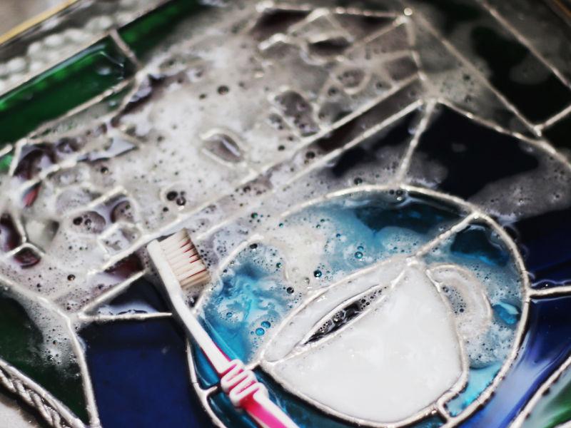 ステンドグラスパネルのガラス板部分を洗浄|ステンドグラスの製作