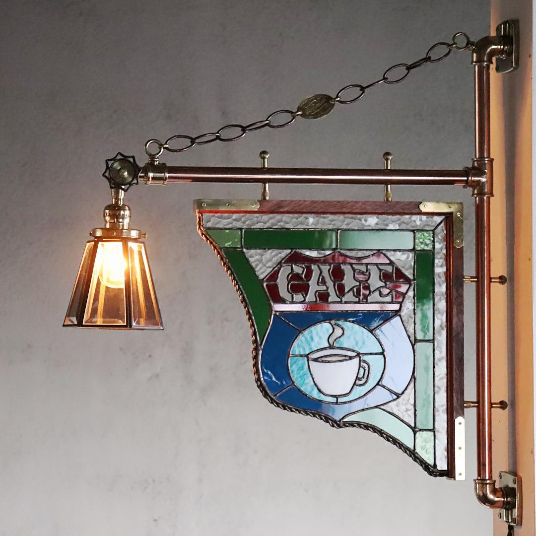 ステンドグラス看板とスチームパンクな配管照明の組み合わせ