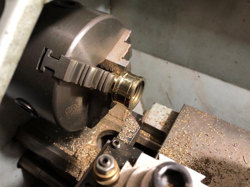 旋盤で銅の配管と配管を繋ぐ真鍮パーツを加工
