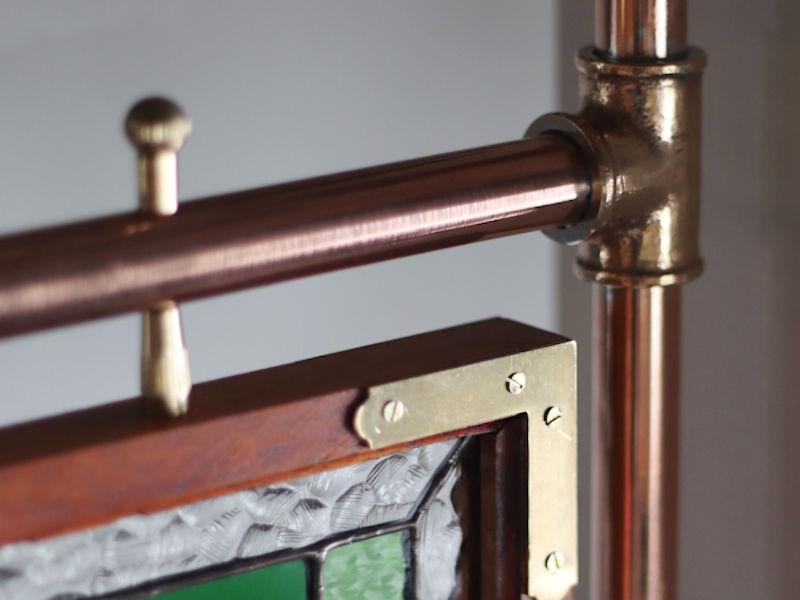 ステンドグラスパネルを銅配管に固定