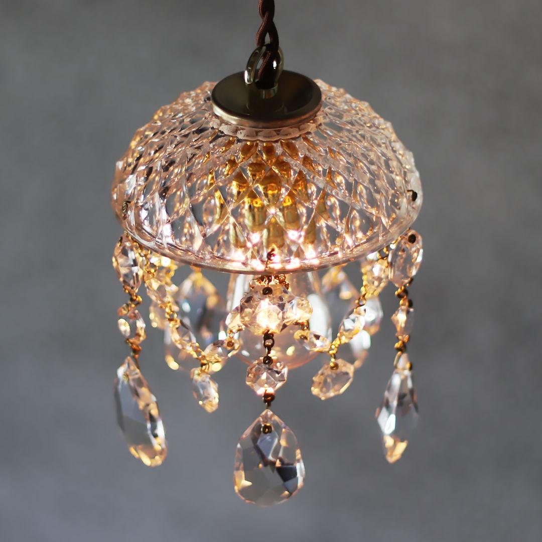 プレスガラスのシェードが美しいミニシャンデリア