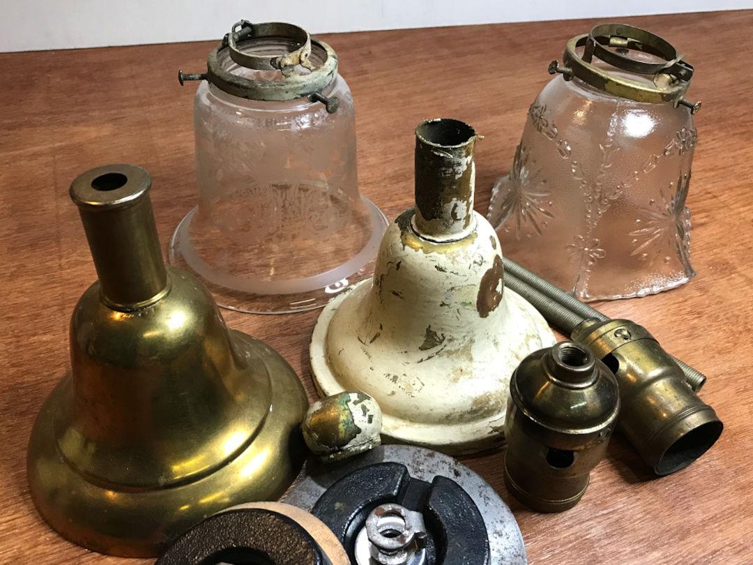 経年と使用で大変汚れた照明パーツ|アンティークランプの修復・リペア