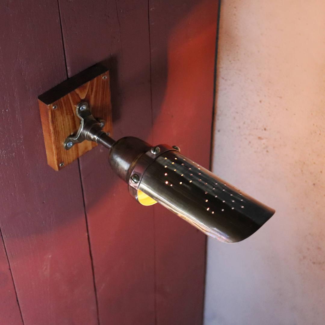 パンチングされたダイヤ型の放熱穴|インダストリアルブラケットライト
