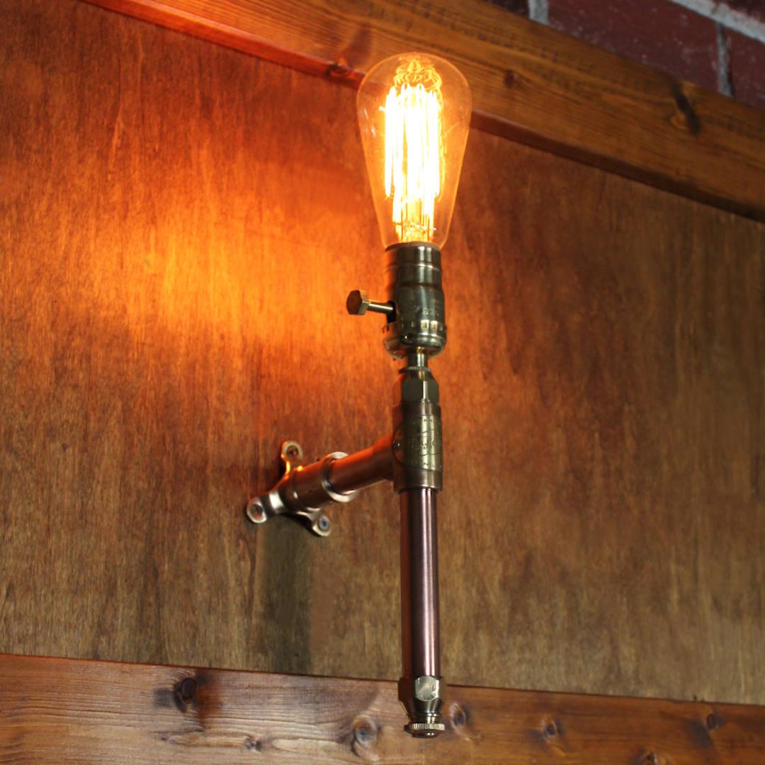 エジソン球を取り付けた雰囲気|インダストリアル配管ブラケットライト