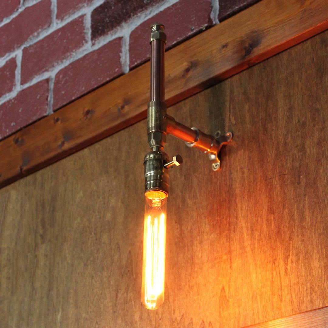 上下を逆さまに設置しチューブ電球を取り付け|インダストリアル配管ブラケットライト