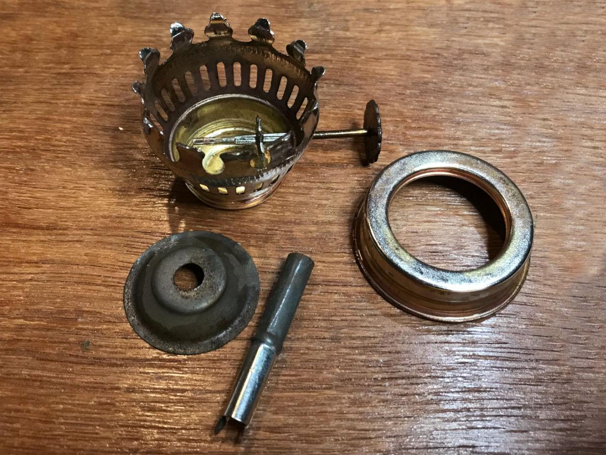 ひとまず分解した金具部分|オイルランプのリペア(修理)