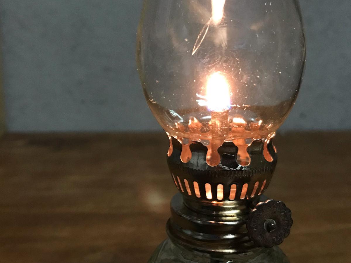 気泡がゆらめくガラスの火屋越しに見える灯り|オイルランプのリペア