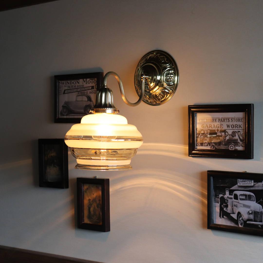 フロスト加工とクリア部分からこぼれる光の陰影が美しい|アンティーク壁掛け照明