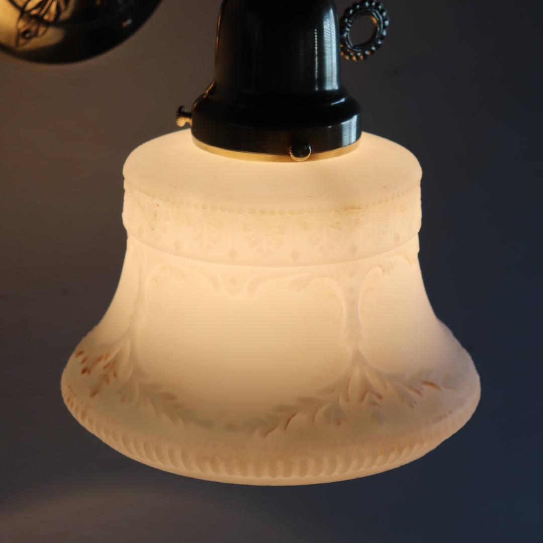 光り越しに見るミルクガラスシェードの陰影|アンティークブラケットライト