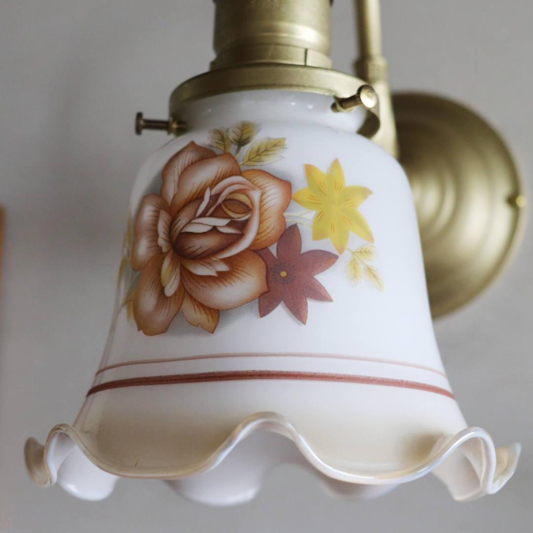 ブラウンを基調にして絵付けされた薔薇|フリルシェード付きブラケットライト