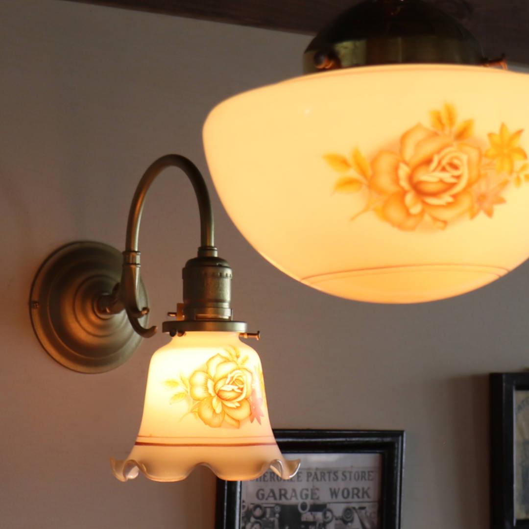 10Wの白熱球タイプのシャンデリア球を灯した様子|アンティークブラケットライト