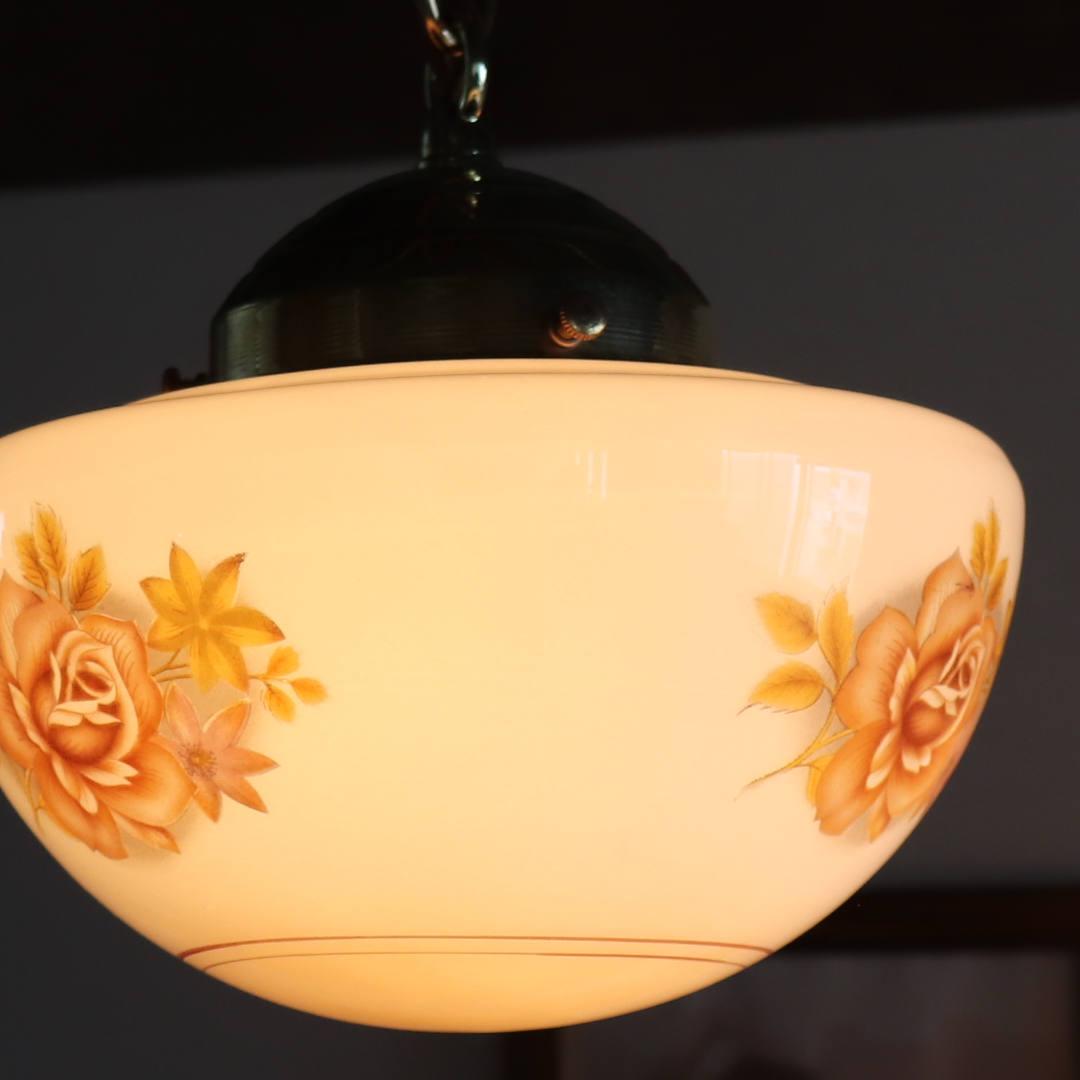 灯りを灯すと柔らかに浮かび上がる薔薇の絵柄|カントリーペンダントランプ