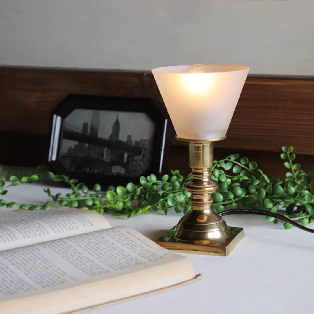 洋書との比較|フロストガラスシェード付きミニ真鍮製テーブルライト