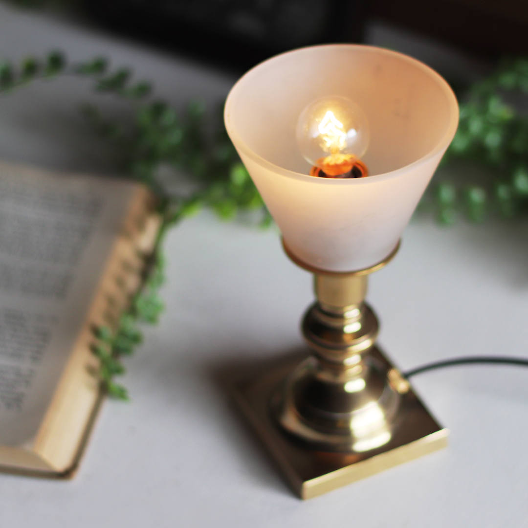 5Wの国民球と呼ばれる白熱球を灯した様子|真鍮製ミニテーブルランプ