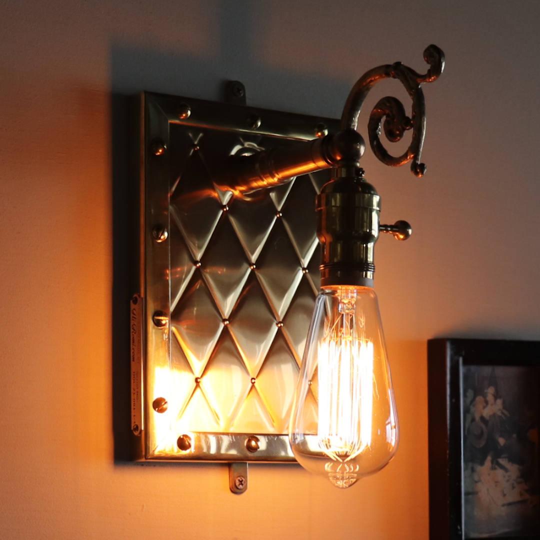 ナス型のレプリカ球と呼ばれるカーボン電球を点灯した様子 アンティーク照明
