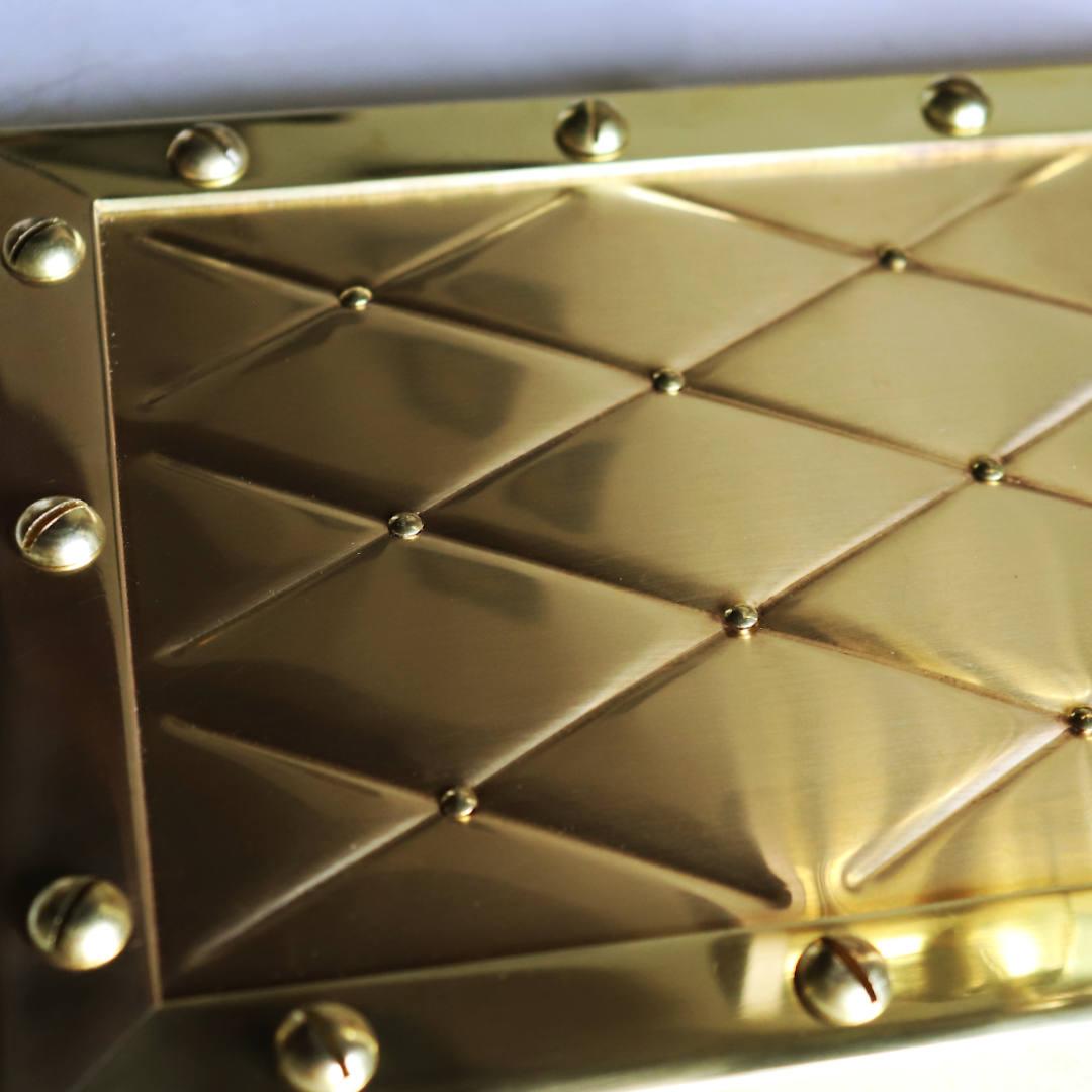 ビードローラーで凹凸のダイヤ柄を描いた真鍮パネル部分 アンティーク照明