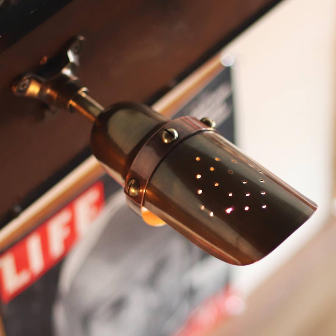小さなパンチ穴で描かれたダイヤ柄は放熱穴|インダストリアルピクチャーライト