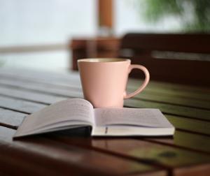 カップと本の写真