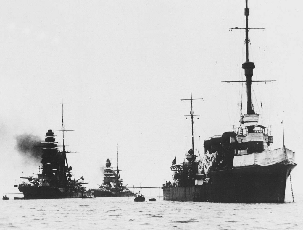 Japanese_cruiser_Tatsuta_in_1927_with_Nagato_and_Mutsu
