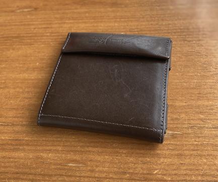 シンプルなデザインの薄い財布