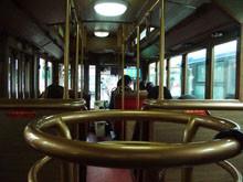 充滿木頭香氣的巴士