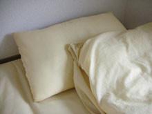 超陽春的床具組…