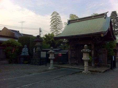 西光寺と近藤勇像