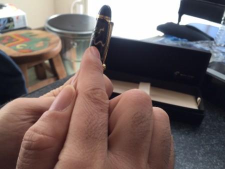 風神雷神蒔絵シールを黒い万年筆に貼る