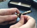 [蒔絵シール][万年筆]風神雷神蒔絵シールを黒い万年筆に貼る