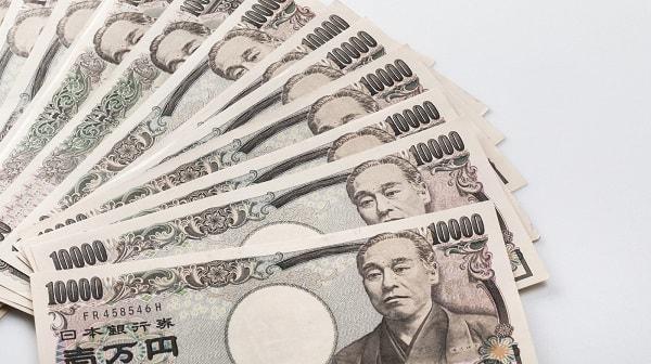 広げた一万円札