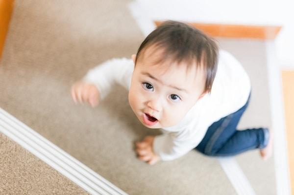 階段をのぼる赤ちゃん