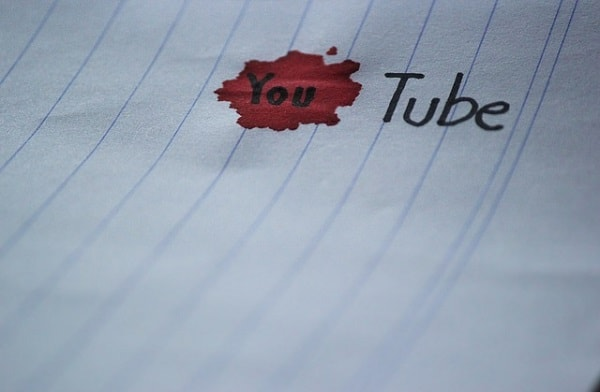 ペンで書かれたYouTubeと赤いシミ