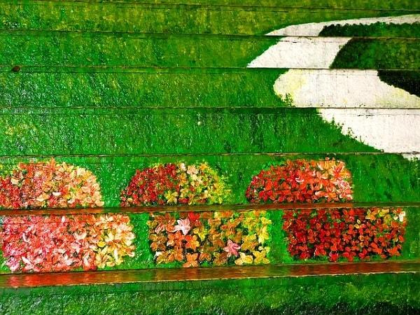 花の絵が描かれたアートな階段