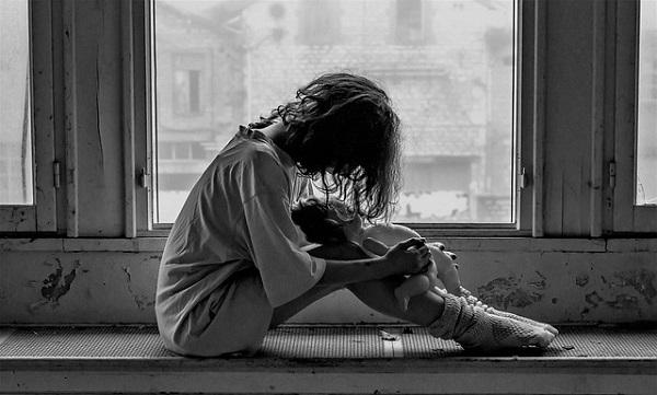 悲しんでいる女の子