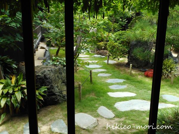 百合ノ間から見える庭