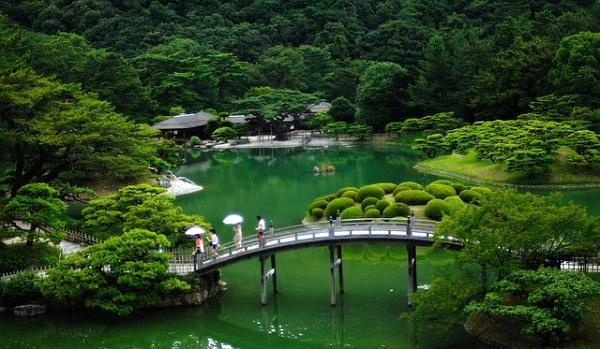 橋がある庭園