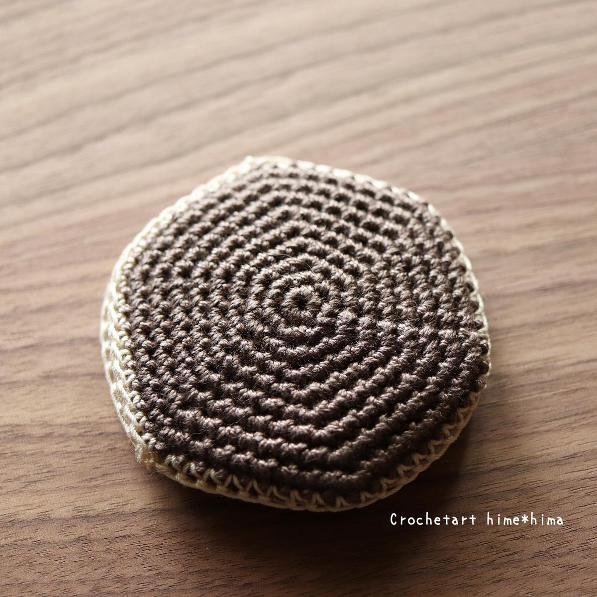 細編みで編んだ無印良品の丸型コンパクトミラーケース