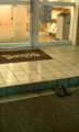 デニーズの入口の外にスリッパが揃えて脱いであるのはなにゆえか